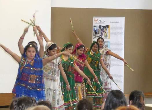 Traditioneller indischer Tanz im Sari