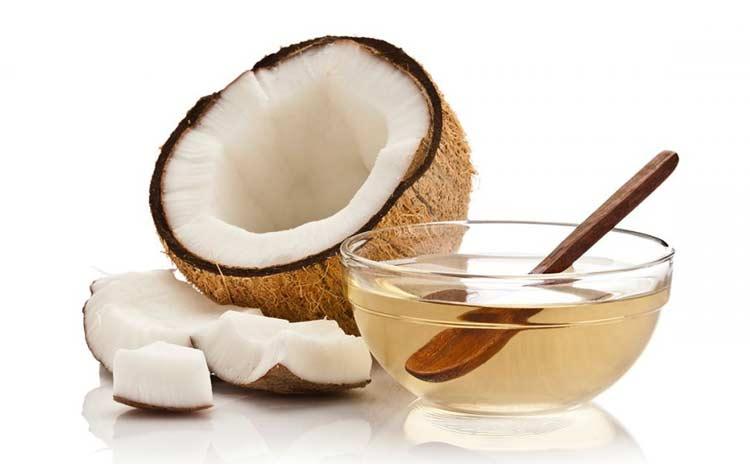memerahkan bibir dengan minyak kelapa