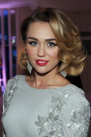 Miley Cyrus Medium Curly Hairstyles: Elegant!