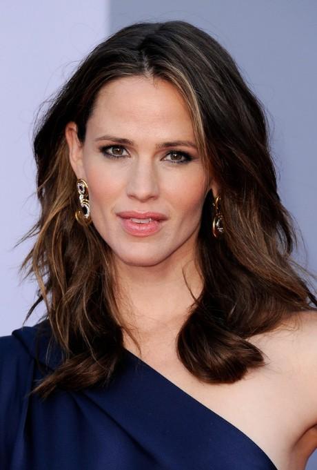 Jennifer Garner Medium Length Wavy Hairstyle For Women
