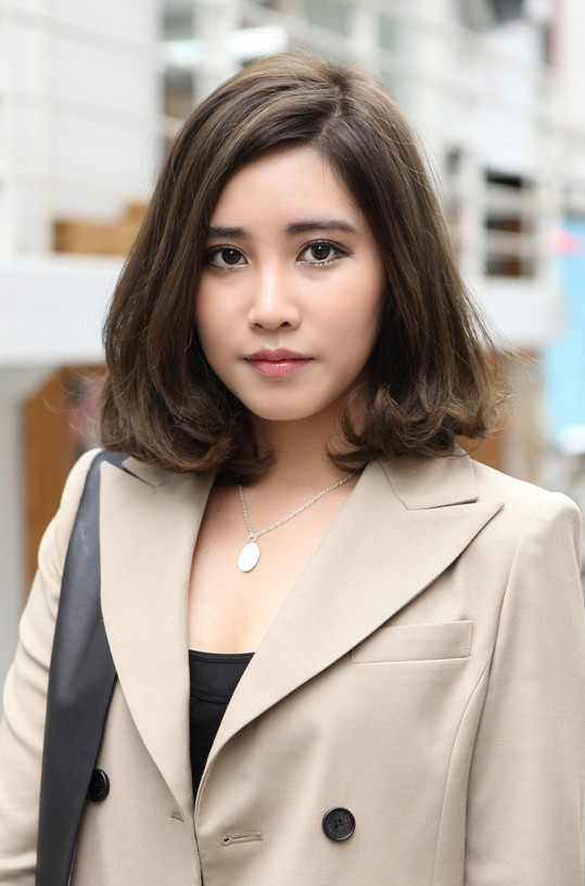 Popular Short Wavy Hairstyle for Office Female