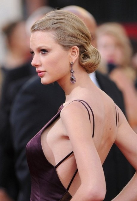 2013 Golden Globe Awards Hairstyles: Taylor Swift Curly Updo