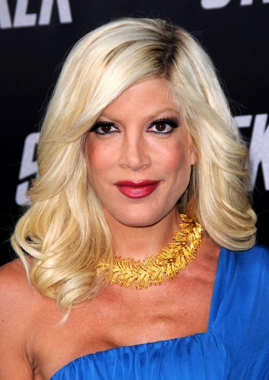 Smooth Waves In Med Long Pale Blonde Hair Tori Spellings