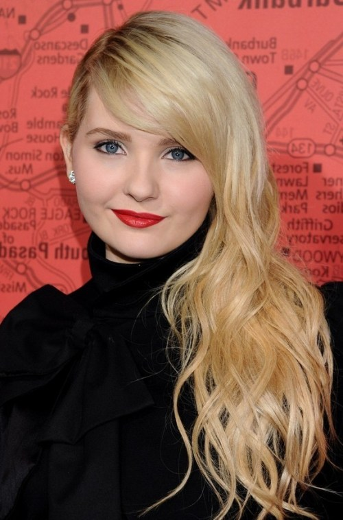 Abigail Breslin Long Platinum Blonde Curly Hairstyle with Side Bangs for Winter