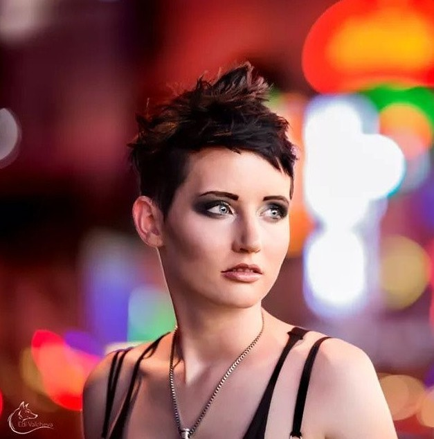 Cool Short Messy Hairstyle for Women