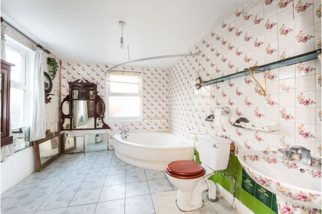 0452669e 1d46 482a 8e94 895cb654dc5c - £800k four-bed in London looks like normal terrace... but has incredible private pub hidden inside