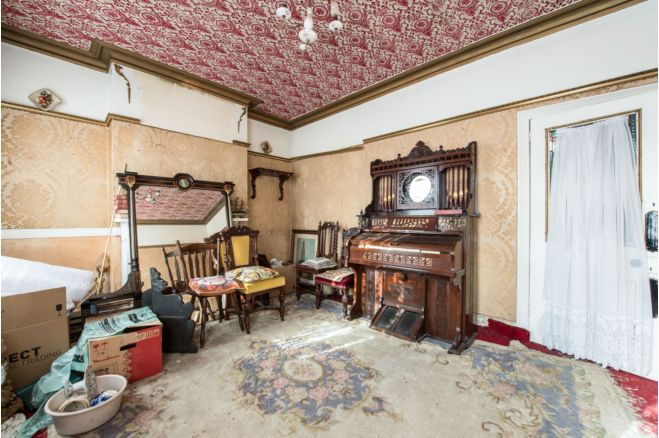 a1382915 9bee 4f21 ac28 ef80177e44f1 - £800k four-bed in London looks like normal terrace... but has incredible private pub hidden inside