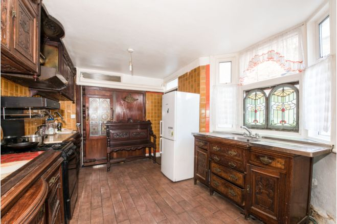 ad2a4603 8f3d 454c 85f9 6cdbd9639a38 - £800k four-bed in London looks like normal terrace... but has incredible private pub hidden inside