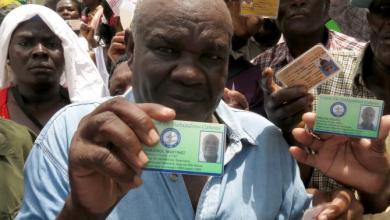 Un haïtien montre la carte qui prouve quil travaille dans une exploitation de canne à sucre depuis 1963. Credit TV5 Monde