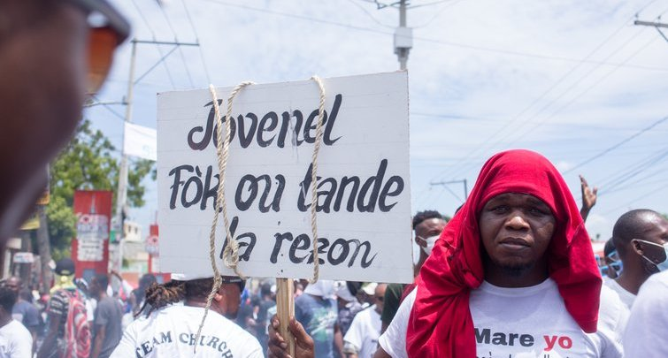 manifestan sign Jovenel credit openDemocracy