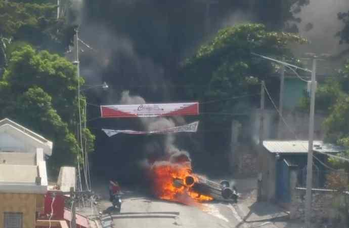 Manifestations à Port-au-Prince : un mort par balles, des véhicules incendiés, des magasins pillés