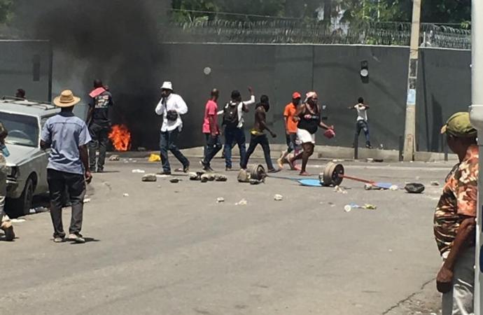 L'ambassade de France attaquée à coups de pierres par des manifestants