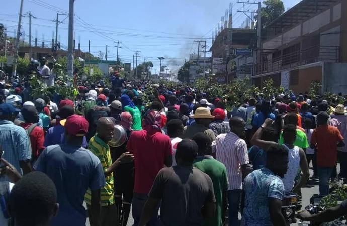 Plusieurs milliers de manifestants prennent la direction de Pétion-Ville