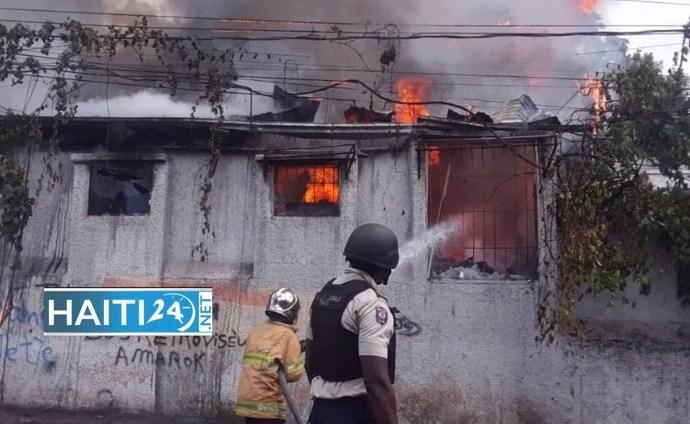 À Petion-Ville, les manifestants brûlent une ancienne maison