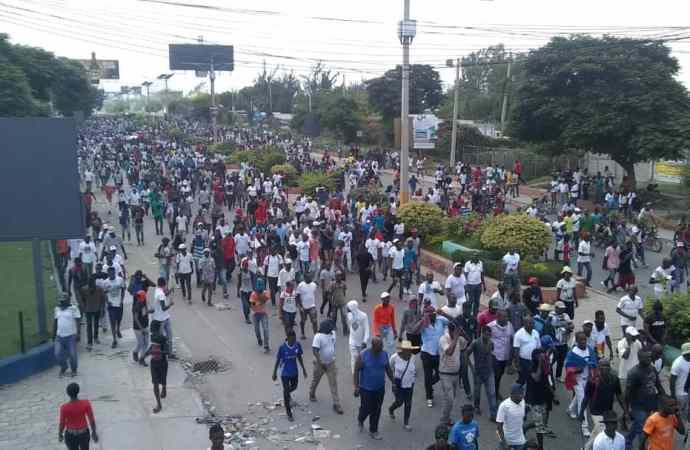 """Malgré les échauffourées avec la PNH, les manifestants ont atteint le """"Log base"""""""