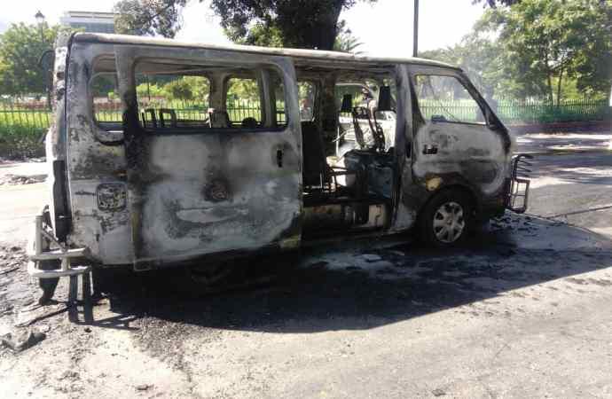 Un minibus incendié à  l'Avenue Magny