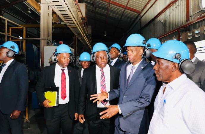 Jovenel Moïse en visite d'inspection à la centrale électrique de Varreux
