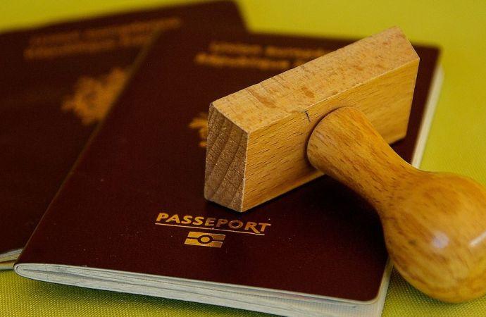 Ex-sénateurs et familles interdits d'utiliser leurs passeports diplomatiques