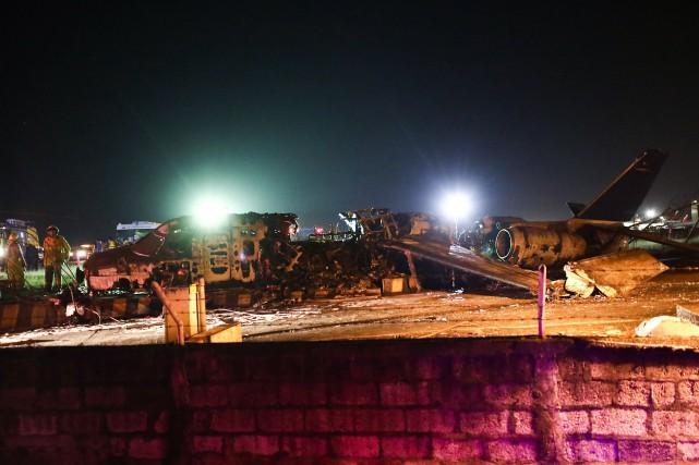 Philippines: un avion prend feu au décollage, huit morts