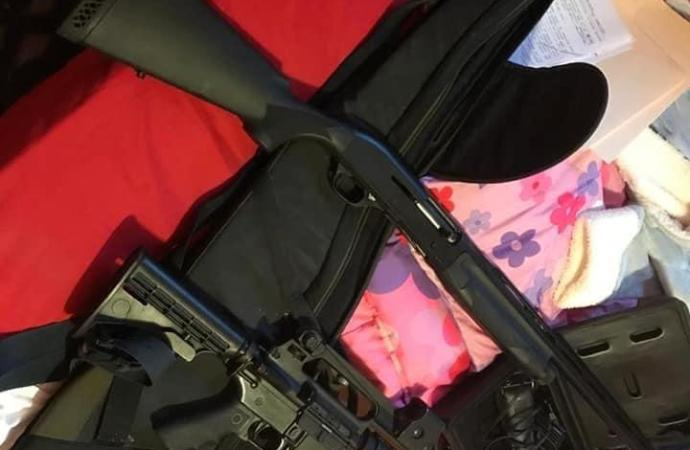 Opération policière à Pèlerin : des armes et munitions saisies, un ancien policier interpellé