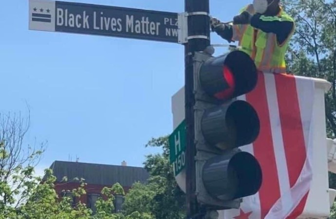 """Une rue en face de la Maison Blanche rebaptisée """"Black Lives Matter Plaza"""""""
