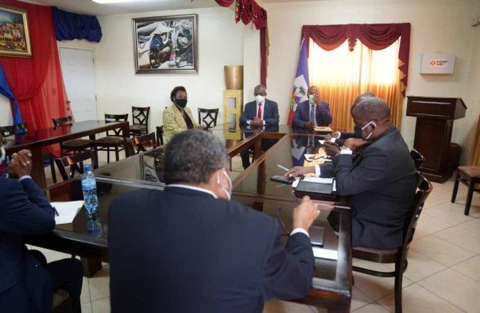 Jouthe Joseph et des sénateurs discutent des questions d'intérêt national