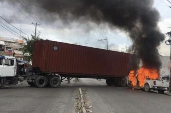"""Les policiers membres de """"Fantom 509"""" dans les rues, plusieurs véhicules incendiés"""
