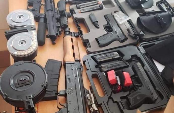 Opérations policières : une dizaine d'armes à feu, plus de mille cartouches saisies