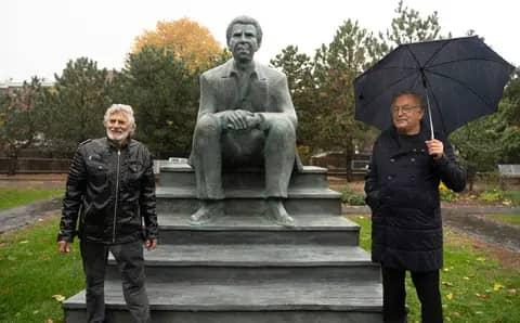 Une sculpture pour honorer Dany Laferrière au Jardin d'Art de la Grande Bibliothèque à Montréal