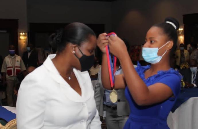 La Médaille d'Honneur Nationale « Champion de la Protection de l'Enfant » décernée à Martine Moïse