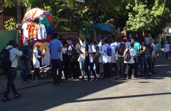 Une nouvelle marche contre l'insécurité des médecins et étudiants en médecine dispersée à coup de gaz lacrymogène