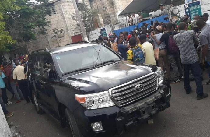En visite à la radio Kiskeya, Jocelerme Privert a été attaqué par des militants