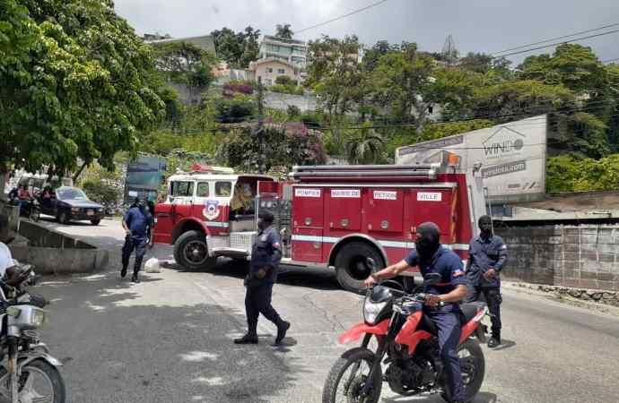 Pétion-Ville : des sapeurs-pompiers réclament des mois d'arriérés de salaire, bloquent les rues