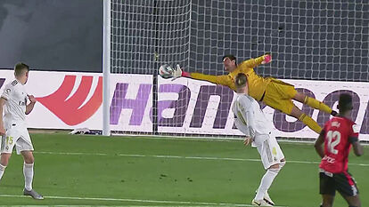 Courtois has one hand on the Zamora trophy