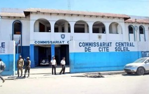 Gang members occupy police station, block road