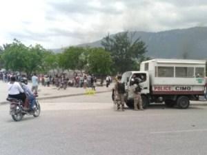 Protestation devant le Parlement haïtien... 2