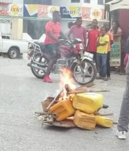 """Rareté de carburant : opération de destruction de """"gallons jaunes"""" à Petit-Goâve (Ouest) 1"""