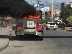 Port-au-Prince : manifestation de l'opposition, un camion incendié sur la route de l'aéroport 1