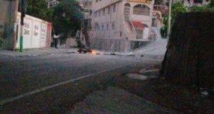 Pétion-Ville : barricades, un véhicule et une moto incendiés par des individus armés