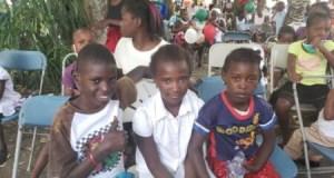 Les résidents en service social de l'hôpital Sainte-Thérèse de Hinche ont fêté avec les enfants