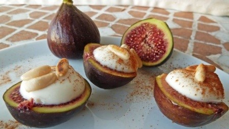 MASCARPONE-FILLED FIGS OR APRICOTS WITH AMARETTO