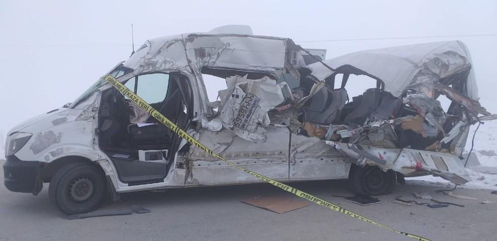 Yolcu minibüsü tırla çarpıştı: 4 ölü, 5 yaralı