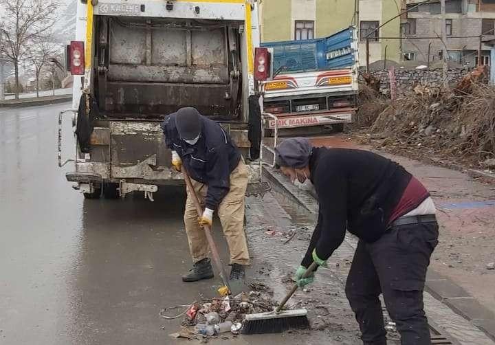 Hakkari'de yağmur suyu tahliye giderlerinin ızgaraları temizlendi