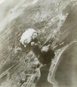 爆撃される高雄軍港