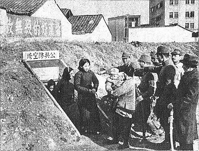 安全を確認し防空壕を出た南京市民