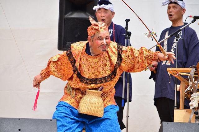 釣竿を持ったえびす様が陽気に舞う「えびす舞」。八戸最長老のえびす様がキレの良い動きを披露。