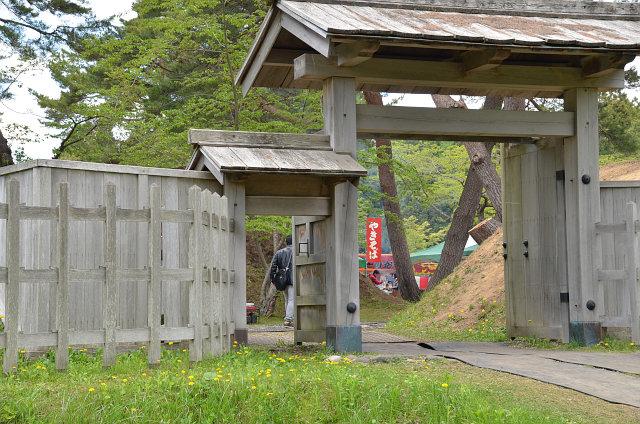 桜を眺めながら門を通り、イベントが開催されている陣屋内へ