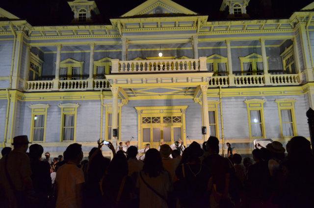 公会堂前でも毎日2組程度が演奏・ダンスを行う。ライトアップされた歴史的建造物の前での民族舞踊は実に美しい
