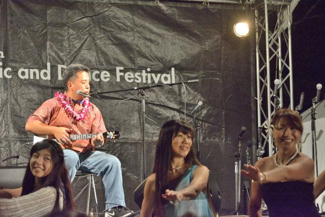 ハワイアンミュージックだけでなく、みんながよく知る日本の曲もウクレレで演奏。フラの曲では来場者がダンサーとして参加