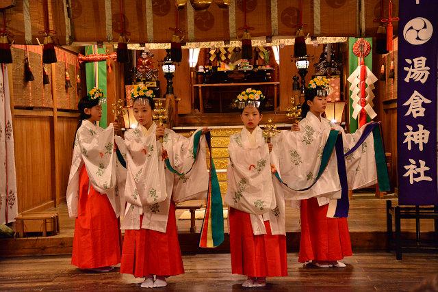 湯倉神社例大祭での松前神楽「浦安の舞」